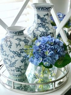 Get the Look: Affordable Hamptons Style Hamptons Style Bedrooms, Hamptons Style Decor, Hamptons House, The Hamptons, Blue And White Living Room, Blue And White Vase, Luxe Decor, Egg Designs, Blue Hydrangea