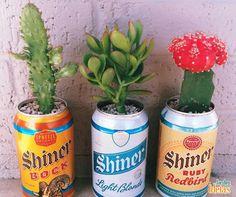 """Reutilização consciente e projetinhos estilo """"faça você mesmo"""" são nossos xodós! Que tal usar latinhas para fazer vasos de plantas? Mas não esqueça de perfurar a lata para evitar o acúmulo de água e a proliferação do mosquito da dengue!"""