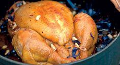 Dans une cocotte de sirop d'agave blondi, un poulet fermier est délicatement relevé avec du beurre, du jus de pomme et du vin blanc.