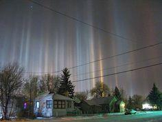 30 raros e deslumbrantes fenômenos naturais - Pilares de luz surgem quando cristais de gelo refletem a luz solar ou lunar na atmosfera da Terra.