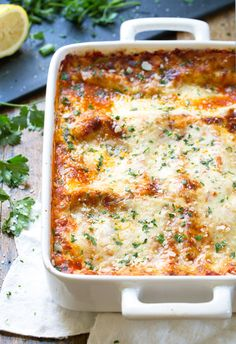 Creamy Tomato Lasagna Florentine - a pan of cheesy vegetarian goodness with tangy tomato sauce and a creamy spinach layer. 330 calories. | pinchofyum.com #lasagna #vegetarian #healthy #spinach