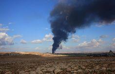 Asap mengepul dalam pertempuran antara pasukan Suriah dan pemberontak di kawasan pertanian Al-Maleh, di utara kota Aleppo.