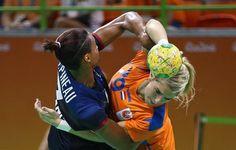 2016 Rio Olympics - Handball - Semifinal - Women's Semifinal Netherlands v France - Future Arena - Rio de Janeiro, Brazil - 18/08/2016. Allison Pineau (FRA) of France and Estavana Polman (NED) of Netherlands in action. - [화보] 인간의 위대함을 다시 일깨워주는 리우올림픽의 66가지 순간들