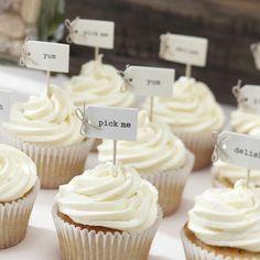 Cupcakes mit Vintage-Picks als Hochzeitsdekoration auf dem Sweet Table