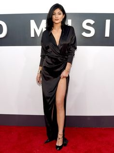 Kylie Jenner em Video Music Awards 2014. Vestido preto de ceda com fenda e decote.