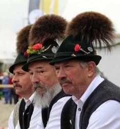 Männer in typisch bayerischer Tracht inkl. Gamsbart