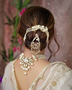 Pretty Bridal Hair Jewellery Ideas Other Than Jooda Pins Which Can Elevate Your Entire Look! Pretty Bridal Hair Jewellery Ideas Other Than Jooda Pins Which Can Elevate Your Entire Look! Bridal Hair Buns, Bridal Hairdo, Hairstyle Wedding, Indian Bridal Hairstyles, Braided Hairstyles, Party Hairstyles, Clip Hairstyles, Headband Hairstyles, Hair Brooch