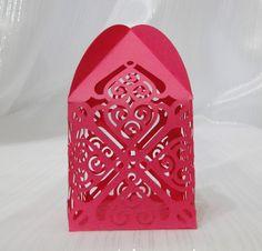 Delicada embalagem, produzida em papel de alta gramatura, com recortes vazados. <br>Ideal para acondicionar docinhos e bem casados e também lembrancinhas.
