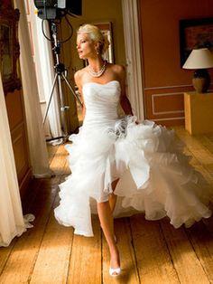Robe de mariée courte devant et longue derrière | Actualités du mariage | Scoop.it