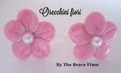 orecchini bottoncino con fiore e perla in fimo ...Sono Totalmente realizzati a mano Senza stampi e lucidati con apposita vernice Costo: 5 euro