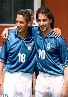 Roberto Baggio and Alessandro Del Piero get ready for the 1994 World Cup Finals. Football Drills, Football Icon, Best Football Players, National Football Teams, Arsenal Football, World Football, Soccer Players, Football Soccer, Football Shirts