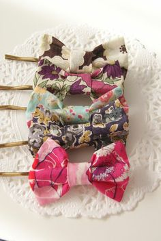 Liberty Print hairclips Parker Mack do this! Do It Yourself Inspiration, Sewing Crafts, Diy Crafts, Diy Accessoires, Barrettes, Hairbows, Do It Yourself Fashion, Operation Christmas Child, Liberty Print