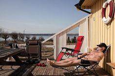 Nada en la isla de Bastoy (Noruega) hace presuponer que se trata de una cárcel en la que conviven asesinos y violadores. Más bien parece un lugar de vacaciones de dos kilómetros cuadrados donde tomar un descanso y estar en contacto permanente con la naturaleza. Pero es que en el país noruego las cosas
