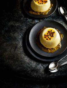 Passion fruit panna cotta Check out this super creamy passion fruit panna cotta. This quick and simple panna cotta recipe can be made easily in advance, plus it looks impressive too (passion fruit recipes) Gourmet Desserts, No Bake Desserts, Just Desserts, Delicious Desserts, Dessert Recipes, Yummy Food, Plated Desserts, Gourmet Foods, Dinner Party Desserts