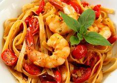 Preparamos uma deliciosa receita de Linguini com camarões e molho de tomate fresco. #recipe #pasta #macarrao #wine #vinho #receita