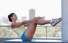 Halteübung - Die besten Übungen für die untere Bauchmuskulatur - So geht's: Aufrecht hinsetzen, den Oberkörper mit ausgestreckten Armen leicht nach hinten beugen. Die Beine angewinkelt vom Boden lösen, sodass die Waden parallel zum Boden sind...