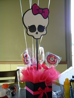 monster high centerpiece - smaller skull, stick in lollipops and other themed candy on sticks Cumple Monster High, Monster High Birthday, Monster High Party, 9th Birthday Parties, Girl Birthday, Birthday Ideas, Birthday Bash, Spa Party, Party Gifts