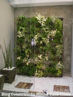 1- Maravilhoso! Com deck de madeira nos muros com potes e plantinhas servindo de jardim vertical, cascalhos com plantas nas laterais no...