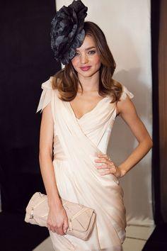 1. Un tocado equilibrado. La modelo Miranda Kerr combina a la perfección el tamaño y el color equilibrando su vestido rosa palo con una flor negra en la cabeza.