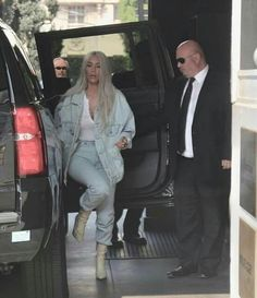 But on Friday, Khloe Kardashian covered up her stomach with a blanket as she arrived to San Francisco with her sisters Kim and Kourtney. Cute Comfy Outfits, Casual Fall Outfits, Mom Outfits, Stylish Outfits, Denim Outfits, Winter Outfits, Kardashian Kollection, Kardashian Style, Kardashian Jenner