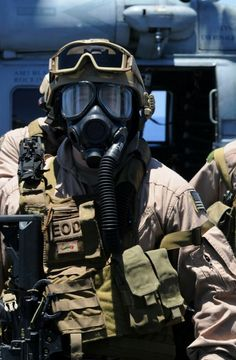 Military-Life USAF special forces preapering for a HALO jump. Military Personnel, Military Weapons, Military Life, Plate Carrier, Usmc, Marines, Navy Eod, Camouflage, Military Special Forces