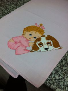 Fralda cor-de-rosa com menina e cachorro