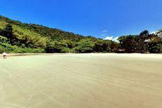 Praia de mar calmo e pequenas ondas, boas para iniciantes no surfe e stand up paddle.