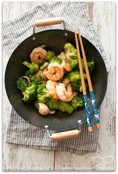 pour aujourd'hui, quittons alors ce temps maussade et tristounet et embarquons pour l'Asie avec ce wok de crevettes au brocolis . * pour 4 personnes * environ 600g de crevettes crues quelques champignons de Paris 1 bouquet de brocolis 3 gousses d'ail...