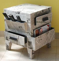 Gaveteiro forrado com folha de jornal.