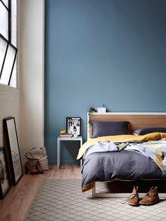 Спальня в цветах: голубой, фиолетовый, серый, светло-серый. Спальня в стиле скандинавский стиль.
