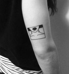 Yi Stropky cria tattoos minimalistas dentro de molduras como pequenos quadros na pele.