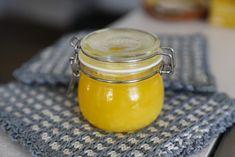Att koka egen ghee – ett skirat smör bestående av rent smörfett är ett utmärkt sätt att bevara smör och öka hållbarheten betydligt. Smör innehåller normalt 80% fett och 20 % vatten och mjölkämnen som vid fel förvaring kan härskna. Genom att avlägsna vattnet och mjölkproteinerna genom kokning minskar möjligheterna för bakterier att få fäste... Fett, Diy, Preserves, Bricolage, Do It Yourself, Homemade, Diys, Crafting