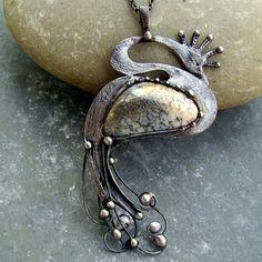 Vůně peří Cínovaný náhrdelník s opálem. Délka přívěsku i s očkem na zavěšení 8,5 cm, délka řetízku s karabinkou 50 cm plus prodlužovací řetízek. Kromě kamene lehce stabilizován lakem s uv filtrem.