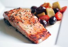 grilled salmon  •1 lb Salmon Filet, Wild Caught   •1 tsp Dried Basil  •1 tsp Dried Oregano  •1 tsp Black Pepper  •1 tsp Salt  •1/4 cup Extra Virgin Olive Oil  •2 cloves Garlic, minced  •1 Lemon, juice
