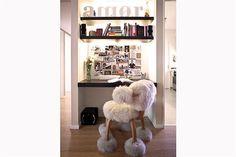 Ideas para decorar un depto bien femenino  En la biblioteca, la protagonista es la silla de piel de oveja.         Foto:Victoria Schiopetto