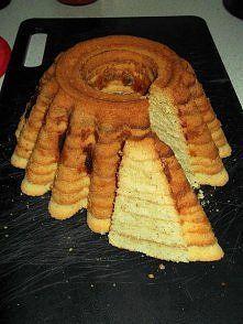 Babka a'la sękacz. Robiłam wiele razy i za każdym razem wszyscy są zachwyceni, dlatego polecam innym. Spróbujcie, trochę czasu trzeba poświęcić, ale na prawdę warto! :)Smacznego! :) Składniki: -3/4 szklanki mąki krupczatki -pół szklanki mąki ziemniaczanej -250g masła -6 jaj -szklanka cukru -50g startych migdałów -łyżka rumu lub odrobina aromatu rumowego -aromat waniliowy Przygotowanie: Masło utrzeć z cukrem na puch. Nadal ucierając dodawać kolejno po 1 żółtku, rum, migdały, aromat… Unique Desserts, Holiday Desserts, Polish Cake Recipe, Baking Recipes, Dessert Recipes, Polish Desserts, Joy Of Cooking, Sweets Cake, Vegan Treats
