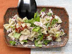 Knackig, frisch und sättigend: Thunfisch-Nudelsalat mit getrockneten Tomaten und Rucola - smarter - Kalorien: 578 Kcal - Zeit: 25 Min. | eatsmarter.de