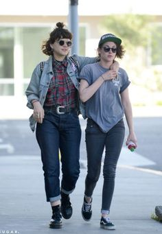 Soko y Kristen Stewart pasean por París a principios de marzo.