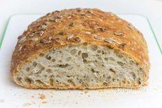 Hrnčekový chlieb pre začiatočníkov, alebo veľmi zaneprázdnených. Príprava zaberie len 5 minút, pečenie asi 50 minút. Môžete ho zamiesiť večer a ráno šup do rúry. Dá sa tiež pripraviť ráno pred odchodom do práce a upiecť po návráte. Tento chlieb má veľké oká v striedke a úžasne chrumkavú, tenkú kôrku. Najradšej ho mám hneď čerstvý, namáčaný do olivového oleja.