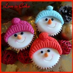Christmas Cup Cakes von Love Is Cake, Derby - * Cupcake's * - Cake Xmas Food, Christmas Sweets, Christmas Cooking, Christmas Goodies, Christmas Fun, Christmas Cakes, Christmas Cake Designs, Christmas Cupcakes Decoration, Holiday Cupcakes