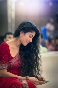Gorgeous Sai Pallavi looking Amazing in saree n free hairs