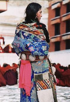 cores / Tibetan Chupa (traditional dress), Nangsa (UN for a Free Tibet) Cultures Du Monde, World Cultures, Folklore, Folk Costume, Costumes, Boho, Costume Ethnique, Estilo Hippy, Ethno Style