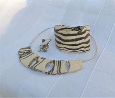 Zestaw biżuterii wykonany z glin o różnych kolorach. Ceramic jewellery.