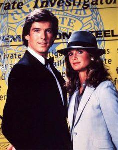 """Remington Steele, conocida en Latinoamérica como """"con temple de acero"""", fue una serie de televisión estadounidense, emitida por la cadena NBC desde 1982 a 1987. La serie mezcla elementos de serie de detectives con un poco de comedia romántica."""