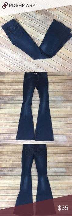 "✨Free People Wide Flare✨ Stretchy bellbotton Jegging material. Size 28. 77% cotton 21% poly 2% spandex. 33"" inseam, 9"" front rise, 11.5"" back rise, 14.5"" waist laying flat     💕Need any other information? Measurements? Materials? Feel free to ask! 💕Unfortunately, I am unable to model items!  💕Don't be shy, I always welcome reasonable offers! 💕Fast shipping! Same or next day! 💕Sorry, no trades!  Happy Poshing!☺️ Free People Pants Boot Cut & Flare"