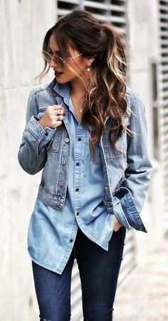 Chica usando una blusa de mezclilla con jeans y chamarra de mezclilla