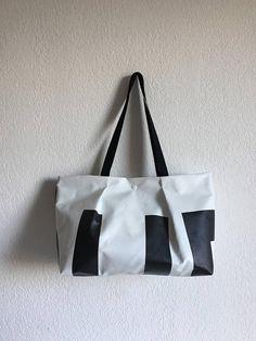 69c55bcf61 Petit cabas en bâche publicitaire recyclée, de fabrication artisanale.  Petit cabas en bâche publicitaire