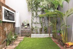 Berkonsep natural minimalis dapur terbuka ini mengoptimalkan lahan terbatas di area belakang rumah.