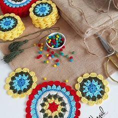 No picture description. Crochet Table Mat, Crochet Pillow, Crochet Motif, Rangoli Ideas, Stylish Mens Fashion, Beaded Chiffon, Winter Trends, Chrochet, Table Covers