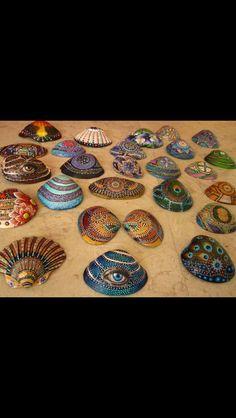 Bilderesultat for beautiful geometric artwork Seashell Painting, Seashell Art, Seashell Crafts, Beach Crafts, Stone Painting, Seashell Ornaments, Pierre Decorative, Painted Rocks, Hand Painted
